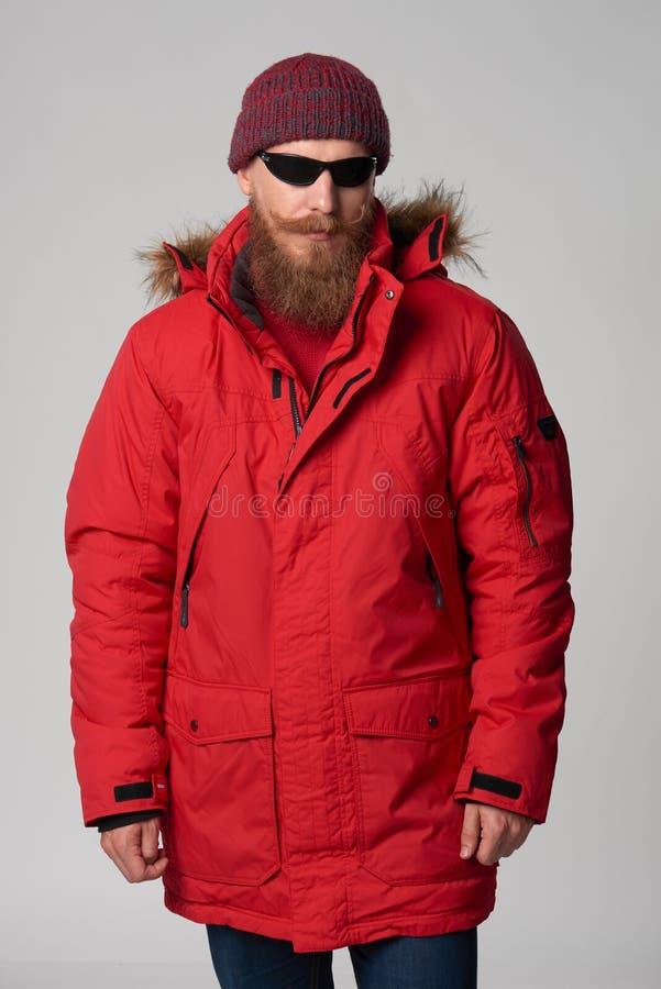 Άτομο που φορά το κόκκινο σακάκι της χειμερινής Αλάσκας στοκ εικόνες με δικαίωμα ελεύθερης χρήσης