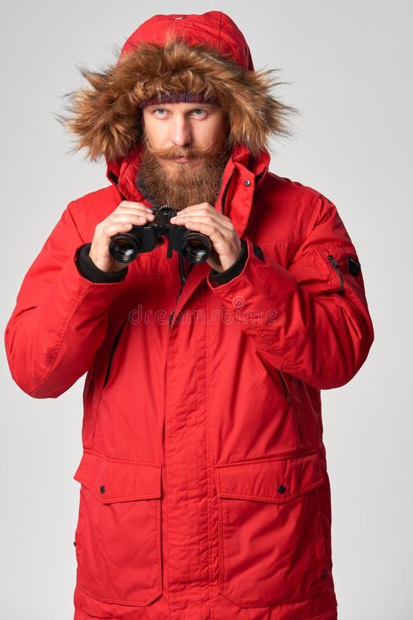 Άτομο που φορά το κόκκινο χειμερινό σακάκι με τις διόπτρες στοκ εικόνες