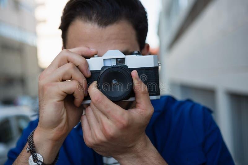 Άτομο που φωτογραφίζει με τη κάμερα στοκ εικόνα