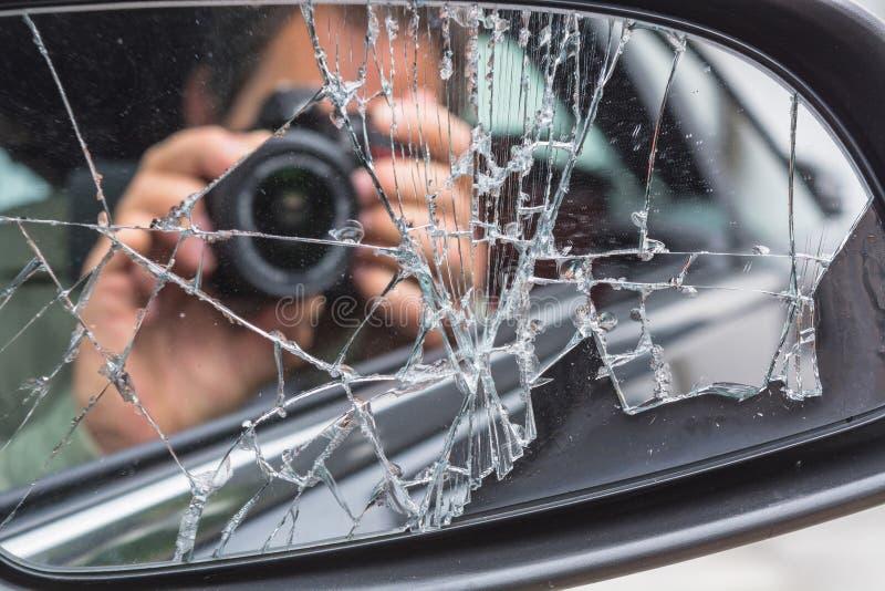 Άτομο που φωτογραφίζεται από το αυτοκίνητο στοκ εικόνα με δικαίωμα ελεύθερης χρήσης