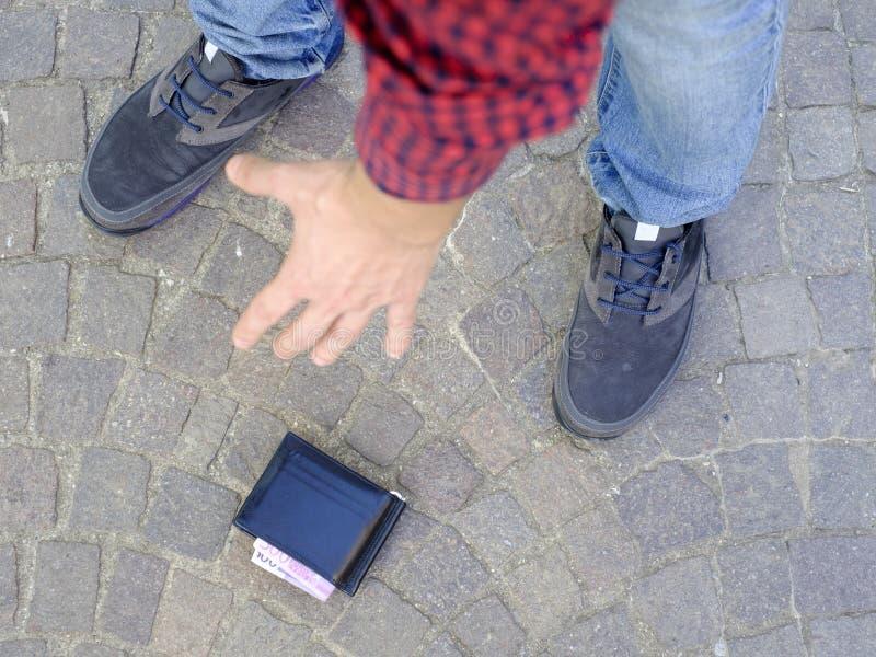Άτομο που χάνει το πορτοφόλι του στοκ φωτογραφία με δικαίωμα ελεύθερης χρήσης