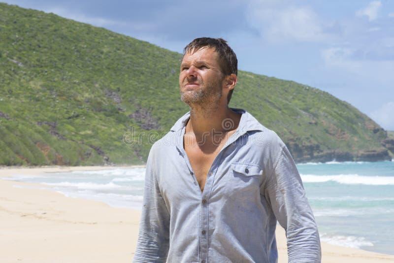 Άτομο που χάνεται στην εγκαταλειμμένη παραλία στοκ φωτογραφίες με δικαίωμα ελεύθερης χρήσης