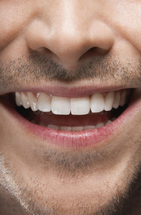 Άτομο που χαμογελά με τα τέλεια άσπρα δόντια στοκ εικόνες