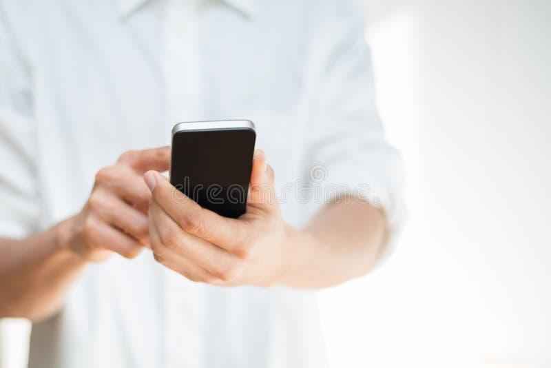 Άτομο που χρησιμοποιεί ένα κινητό smartphone στοκ εικόνες με δικαίωμα ελεύθερης χρήσης