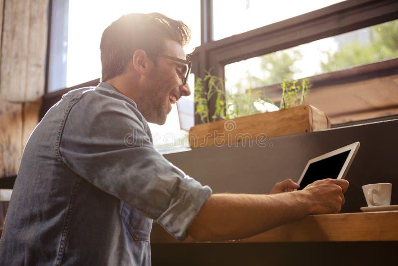 Άτομο που χρησιμοποιεί μια συνεδρίαση ταμπλετών στοκ φωτογραφία