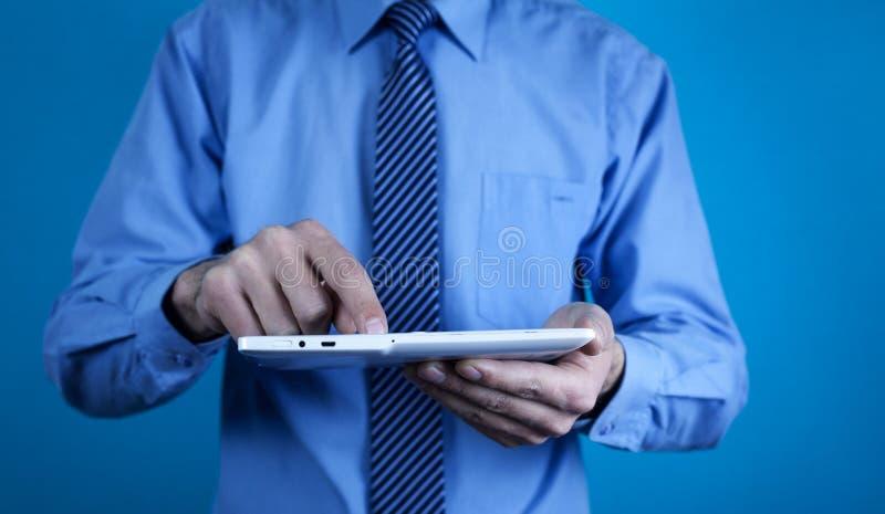 Άτομο που χρησιμοποιεί την άσπρη ψηφιακή ταμπλέτα Τεχνολογία στοκ φωτογραφίες με δικαίωμα ελεύθερης χρήσης