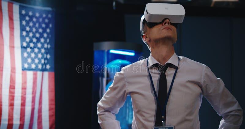 Άτομο που χρησιμοποιεί την κάσκα VR στοκ εικόνα με δικαίωμα ελεύθερης χρήσης