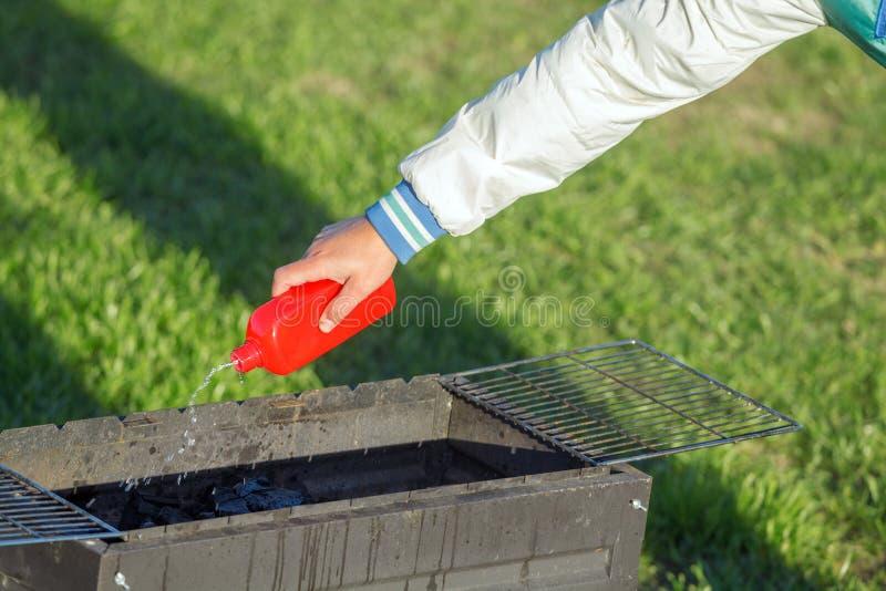 Άτομο που χρησιμοποιεί την υγρή πυρκαγιά στοκ εικόνες