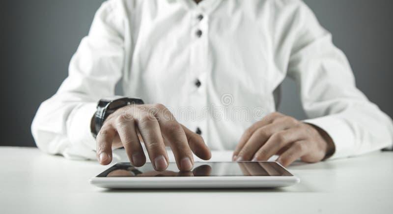 Άτομο που χρησιμοποιεί την ψηφιακή ταμπλέτα r στοκ φωτογραφία