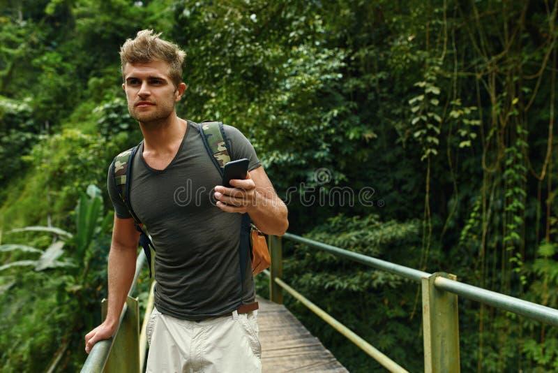 Άτομο που χρησιμοποιεί το κινητό τηλέφωνο, Smartphone στη φύση Ταξίδι, τουρισμός στοκ εικόνες με δικαίωμα ελεύθερης χρήσης
