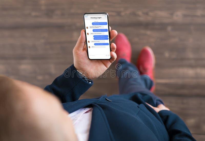 Άτομο που χρησιμοποιεί το μήνυμα app στο τηλέφωνο στοκ φωτογραφία με δικαίωμα ελεύθερης χρήσης