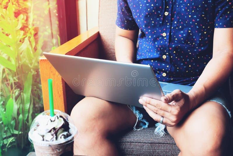 Άτομο που χρησιμοποιεί το lap-top στον καφέ Επεξεργασίας Νέος επιχειρηματίας που απασχολείται στο δημιουργικό σύγχρονο γραφείο ξε στοκ εικόνες