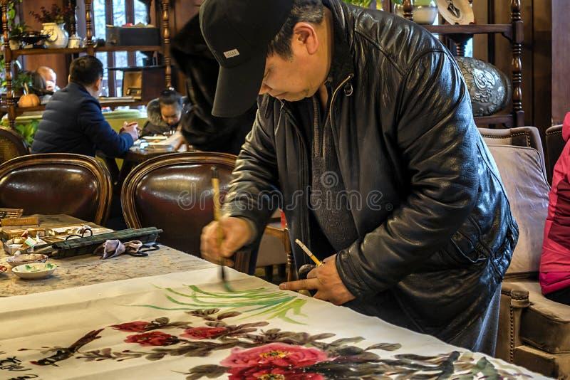 Άτομο που χρωματίζει την κινεζική ζωγραφική στοκ εικόνα με δικαίωμα ελεύθερης χρήσης