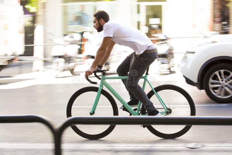 Άτομο ποδηλατών που οδηγά το σταθερό αθλητικό ποδήλατο εργαλείων στοκ φωτογραφίες