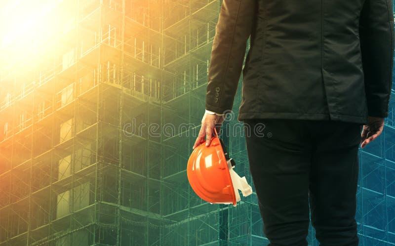 Άτομο πολιτικού μηχανικού έργων που εργάζεται στο εργοτάξιο οικοδομής στοκ εικόνες