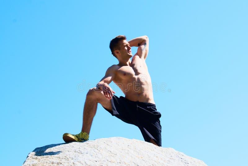 Άτομο σε έναν βράχο στοκ φωτογραφίες