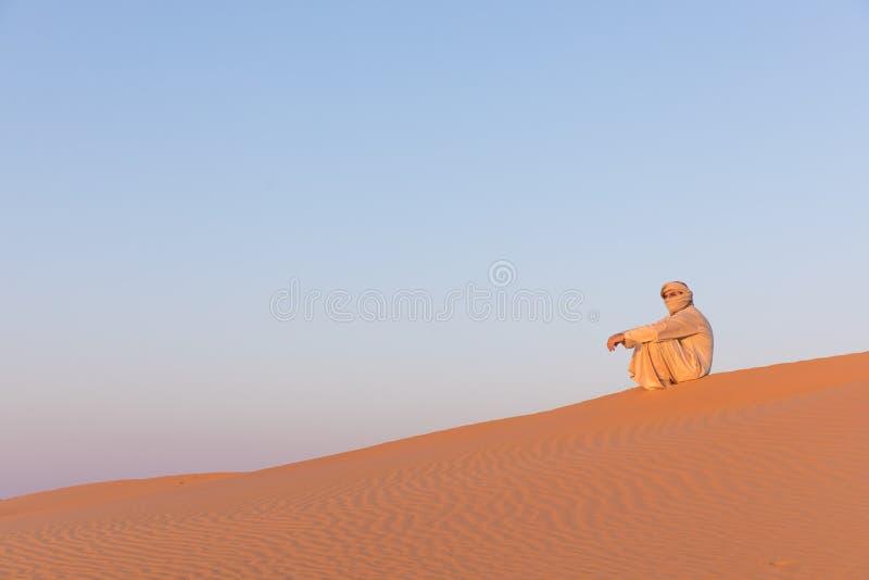 Άτομο σε ένα παραδοσιακό αραβικό φόρεμα στοκ φωτογραφία με δικαίωμα ελεύθερης χρήσης