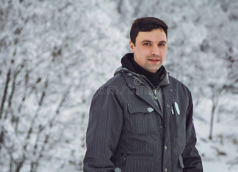 Άτομο σε ένα χιονισμένο πάρκο στοκ εικόνες