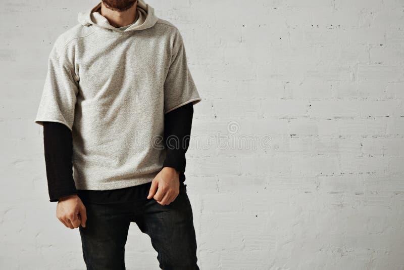 Άτομο σε μια γκρίζα μπλούζα στοκ φωτογραφίες
