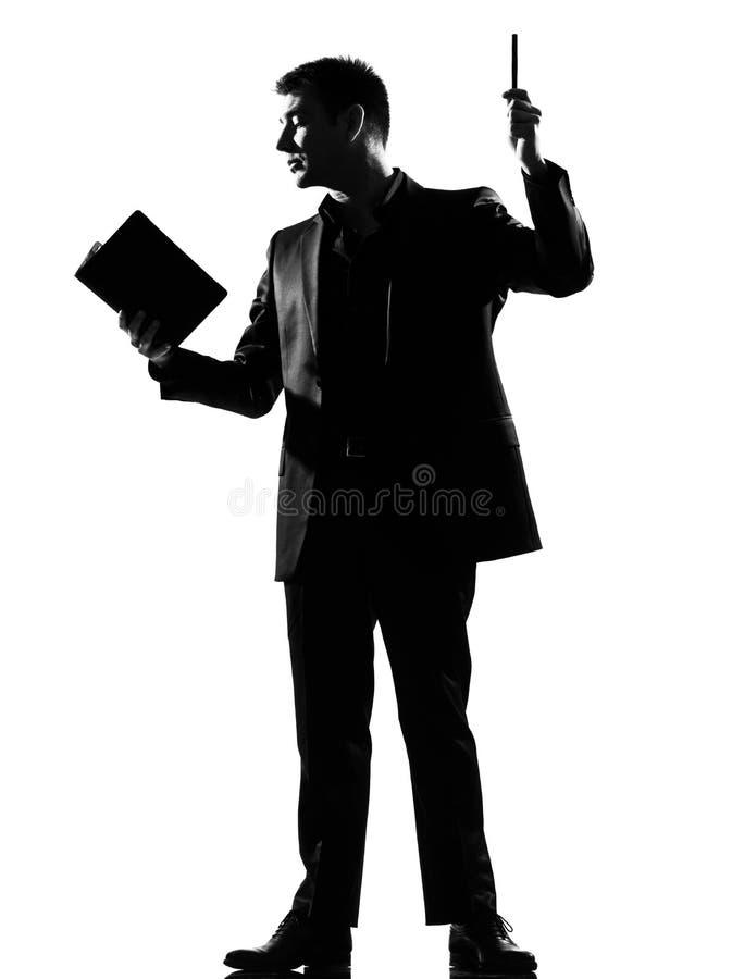 Άτομο σκιαγραφιών με το σημειωματάριο στοκ φωτογραφία με δικαίωμα ελεύθερης χρήσης