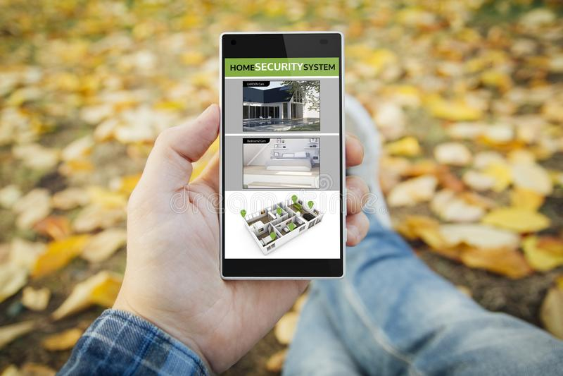 άτομο στα έκκεντρα app ασφάλειας προσοχής πάρκων στοκ φωτογραφία με δικαίωμα ελεύθερης χρήσης