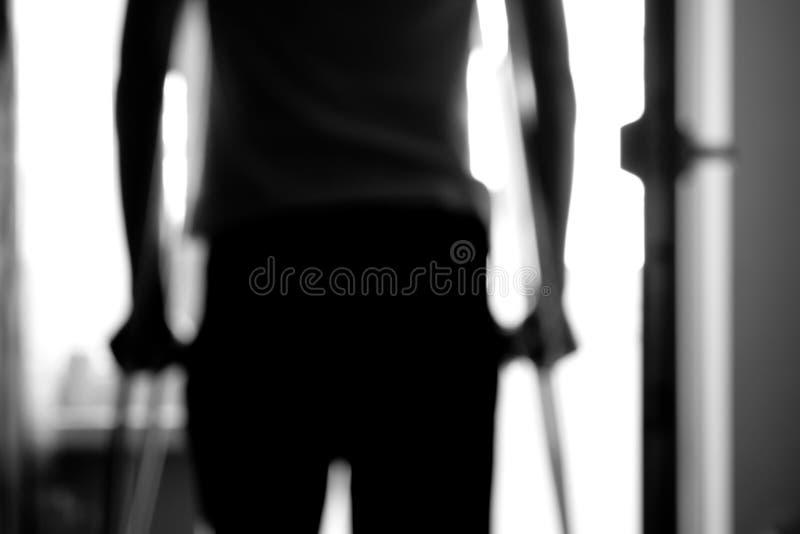 Άτομο στα δεκανίκια στοκ φωτογραφία
