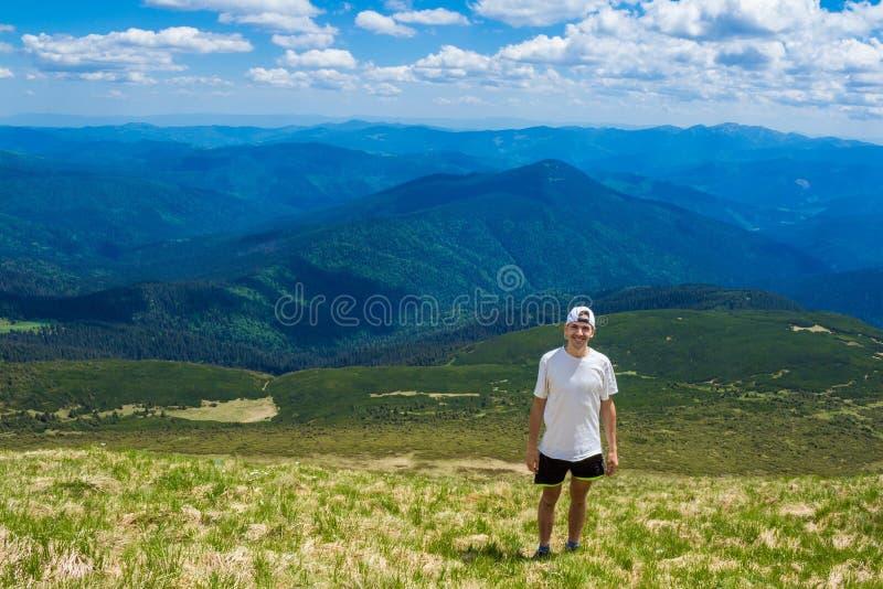Άτομο στην αιχμή του βουνού r στοκ εικόνα