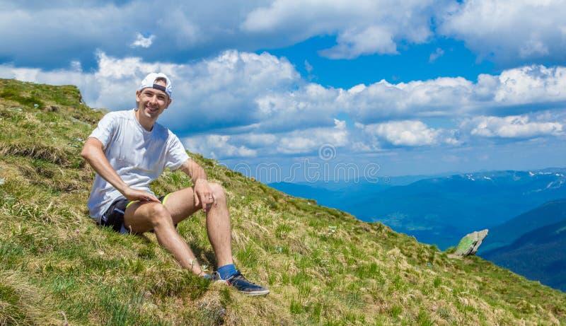 Άτομο στην αιχμή του βουνού r στοκ φωτογραφίες