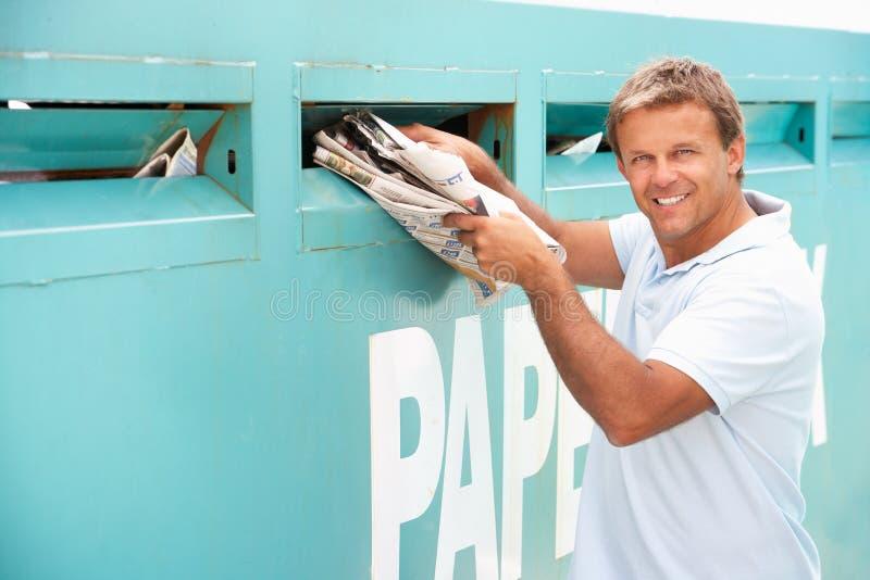 Άτομο στην ανακύκλωση του κέντρου στοκ εικόνα με δικαίωμα ελεύθερης χρήσης