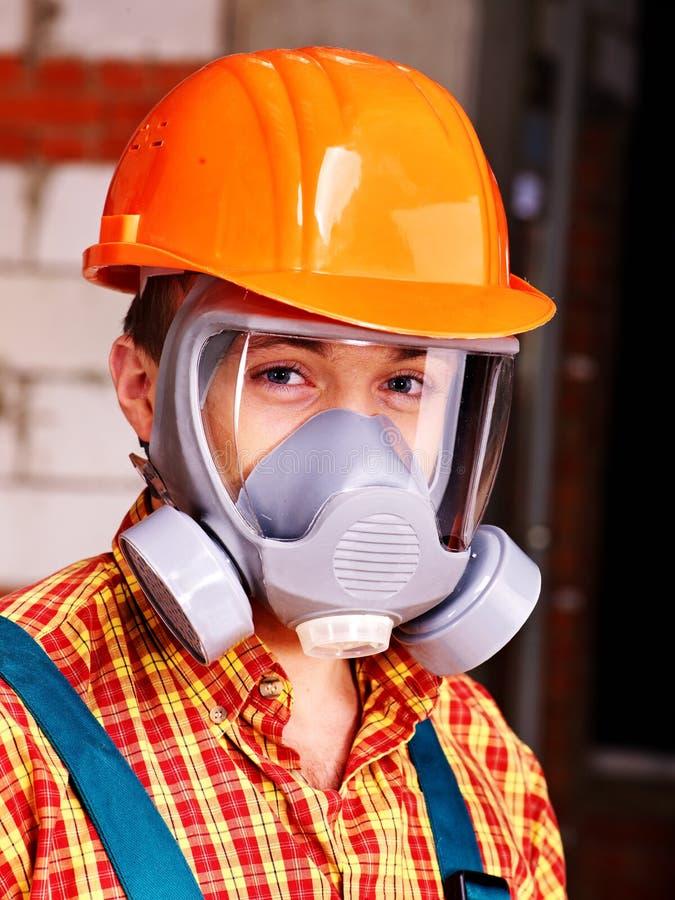 Άτομο στην αναπνευστική συσκευή οικοδόμων. στοκ εικόνα με δικαίωμα ελεύθερης χρήσης