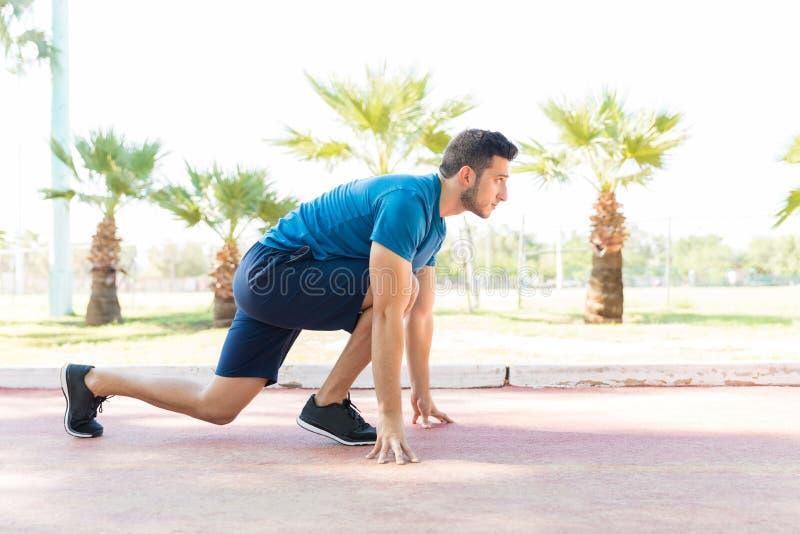Άτομο στην αρχική θέση να αρχίσει περίπου το τρέξιμο στο πάρκο στοκ φωτογραφία με δικαίωμα ελεύθερης χρήσης