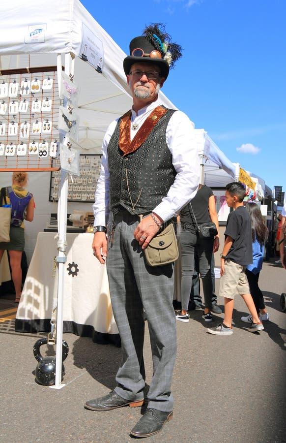 Άτομο στην εξάρτηση Steampunk στο φεστιβάλ τέχνης στοκ φωτογραφία