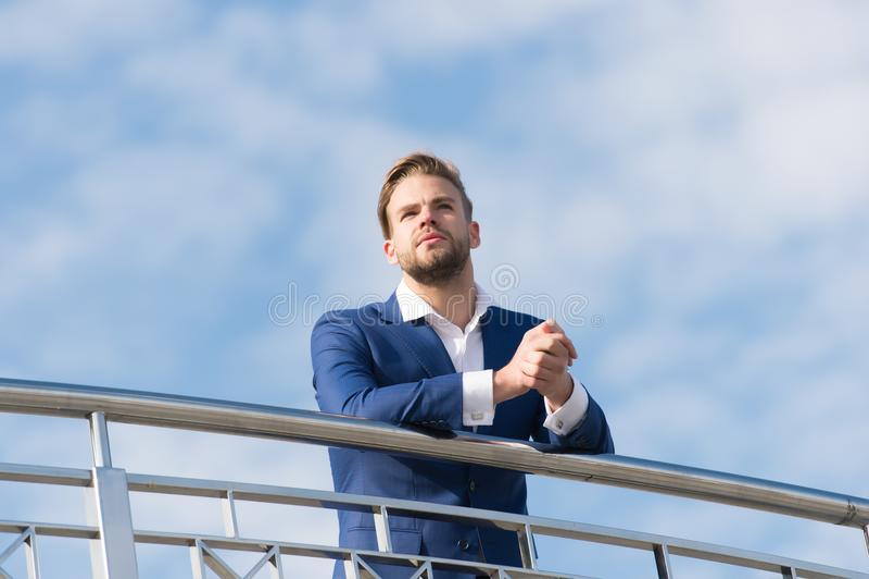 Άτομο στην επίσημη στάση ένδυσης στο νεφελώδη μπλε ουρανό Βέβαιος επιχειρηματίας υπαίθριος μέλλον που κοιτάζει Σκέψη για νέο στοκ εικόνα