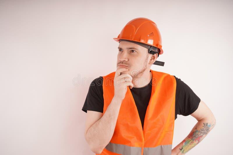 Άτομο στην εργασία ομοιόμορφη στο άσπρο υπόβαθρο στοκ φωτογραφία