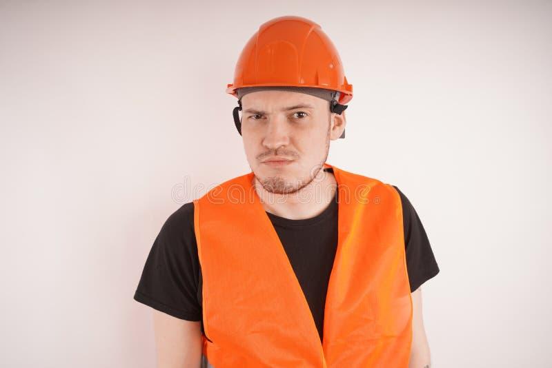 Άτομο στην εργασία ομοιόμορφη στο άσπρο υπόβαθρο στοκ εικόνες