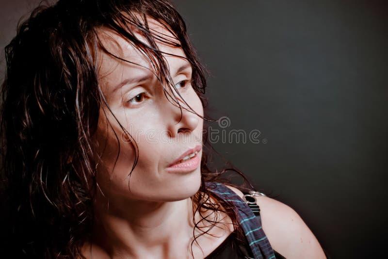 Άτομο στην κατάθλιψη πέρα από το μαύρο έδαφος στοκ φωτογραφίες