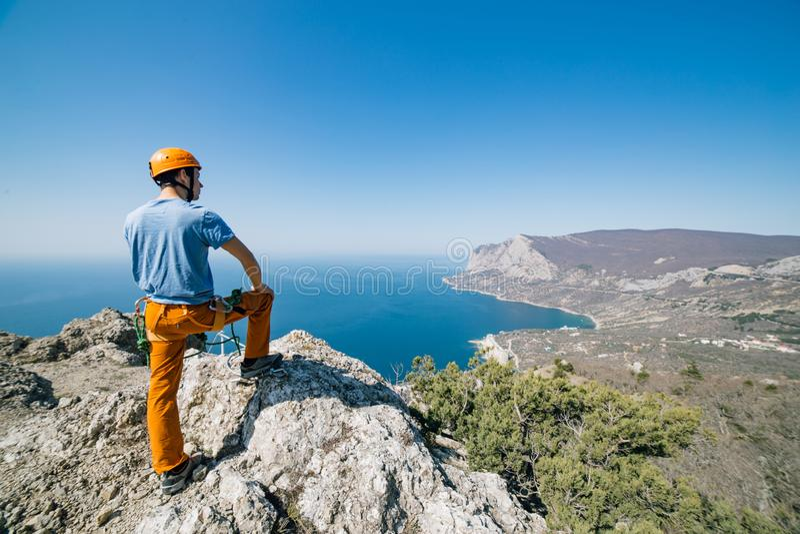Άτομο στην κορυφή του βουνού στοκ φωτογραφία