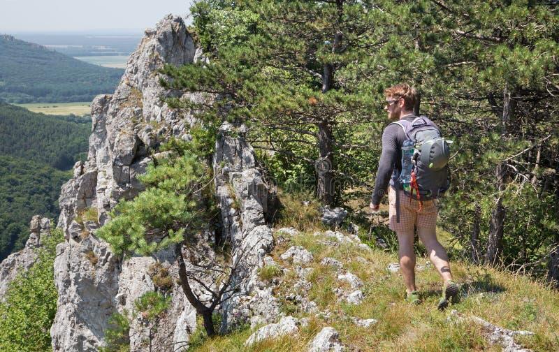 Άτομο στην κορυφή του βράχου στην οδοιπορία στοκ εικόνες
