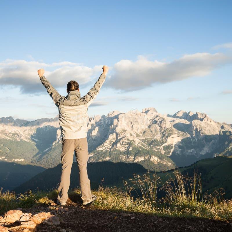 Άτομο στην κορυφή των βουνών στοκ εικόνες