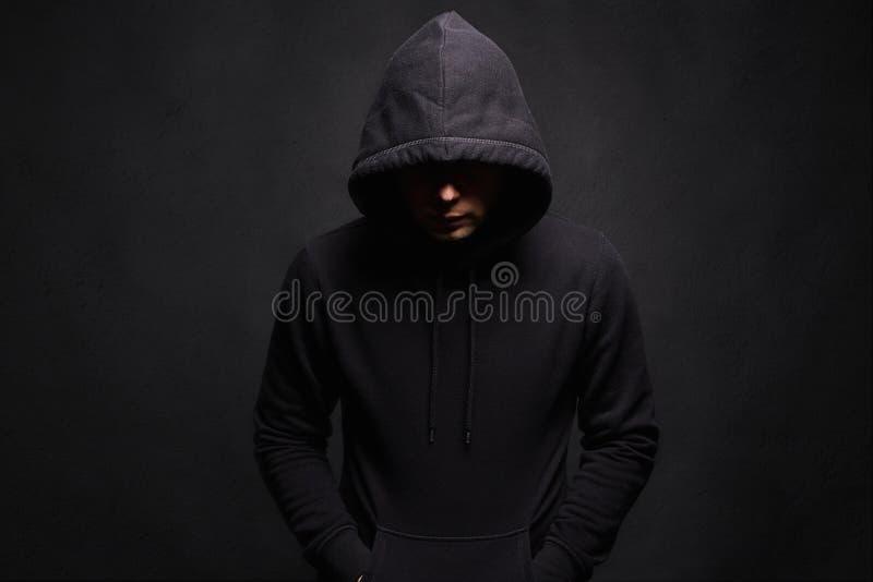 Άτομο στην κουκούλα Ινκόγκνιτο αγόρι στοκ φωτογραφίες