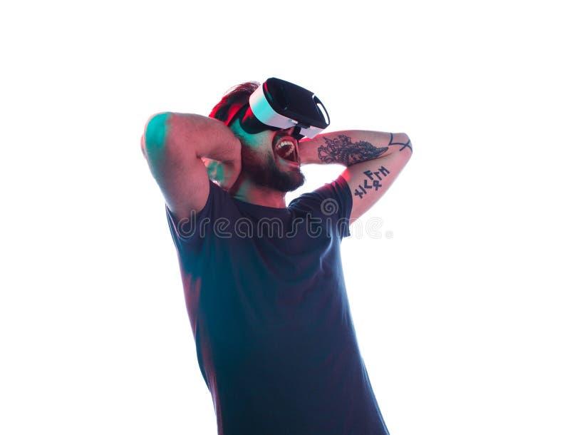 Άτομο στην κραυγή προστατευτικών διόπτρων VR στοκ εικόνες