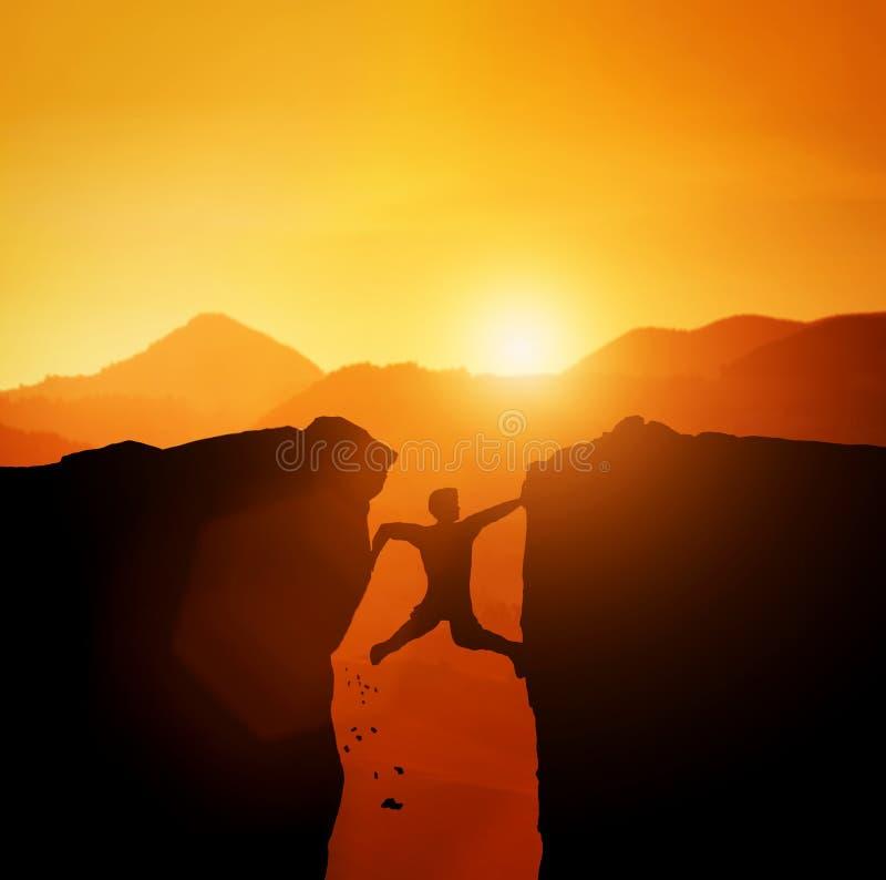 Άτομο στην παγίδα που προσπαθεί να αναρριχηθεί στο βουνό διανυσματική απεικόνιση