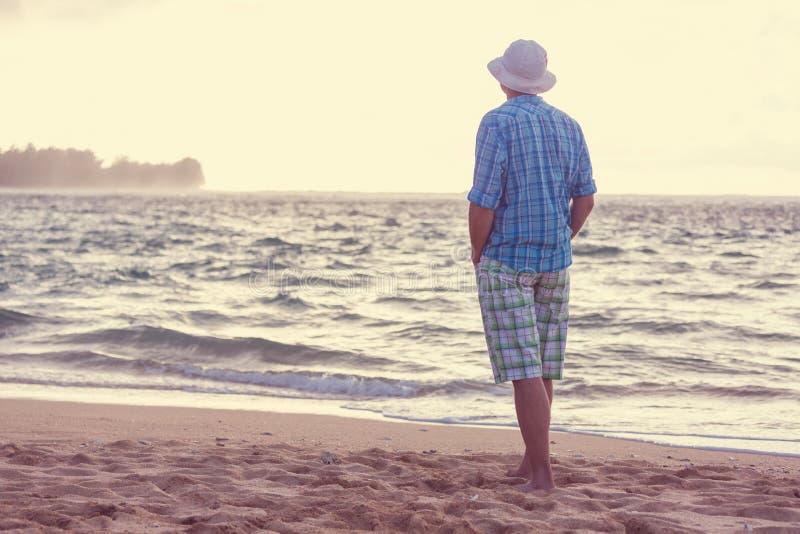 Άτομο στην παραλία στοκ εικόνες με δικαίωμα ελεύθερης χρήσης