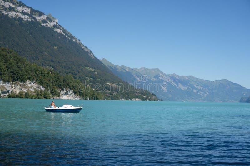 Άτομο στη βάρκα που απολαμβάνει τη ζωή στοκ φωτογραφία με δικαίωμα ελεύθερης χρήσης