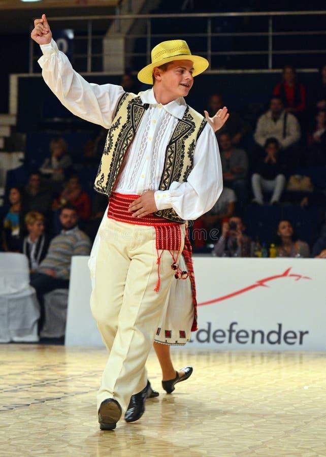Άτομο στη ρουμανική παραδοσιακή εξάρτηση στοκ εικόνες με δικαίωμα ελεύθερης χρήσης
