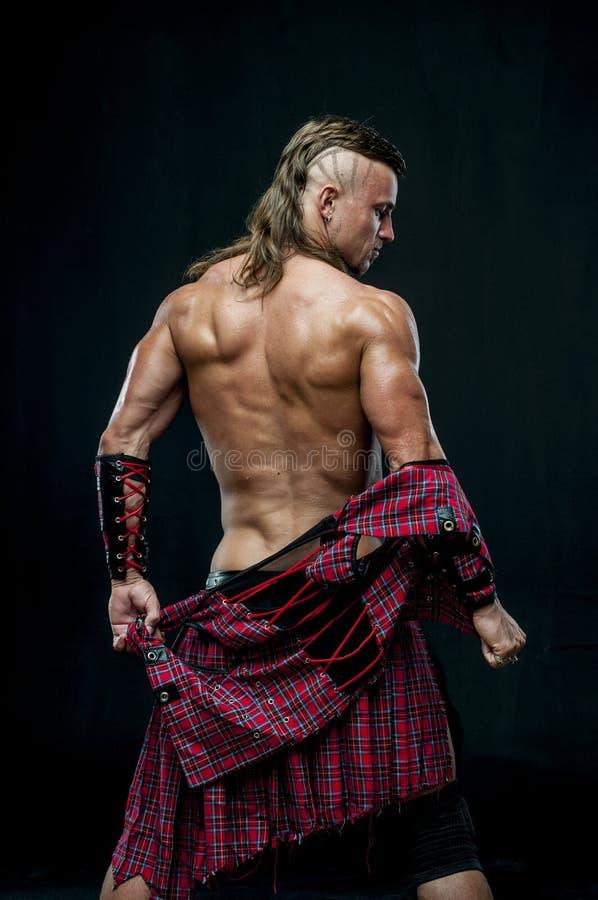 Άτομο στη σκωτσέζικη φούστα στοκ εικόνα