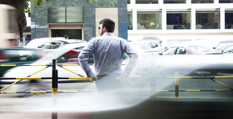 Άτομο στη στάση λεωφορείου στοκ εικόνα με δικαίωμα ελεύθερης χρήσης