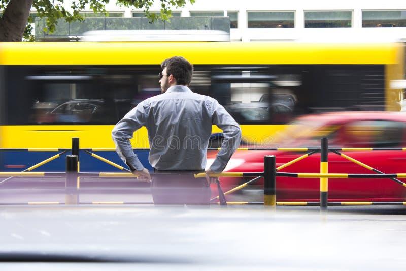 Άτομο στη στάση λεωφορείου στοκ φωτογραφίες με δικαίωμα ελεύθερης χρήσης
