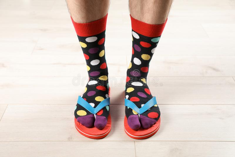 Άτομο στις κάλτσες και τις παντόφλες στο πάτωμα στοκ φωτογραφία