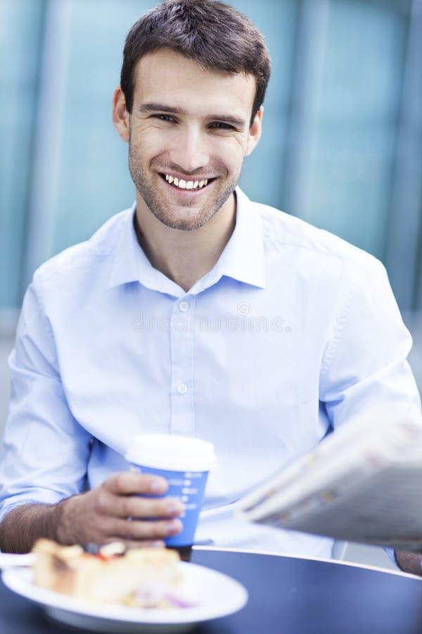 Άτομο στον υπαίθριο καφέ στοκ φωτογραφίες